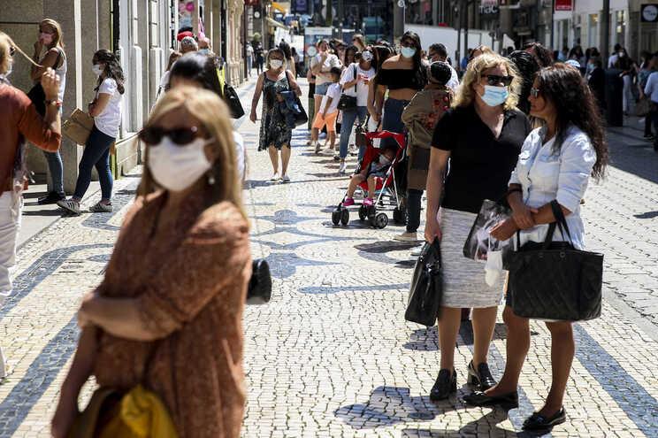 O uso obrigatório de máscaras na rua é votado esta sexta-feira no Parlamento