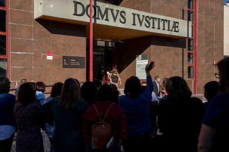 Trabalhadoras da Dielmar, que acompanharam a assembleia de credores no exterior do tribunal, esperavam
