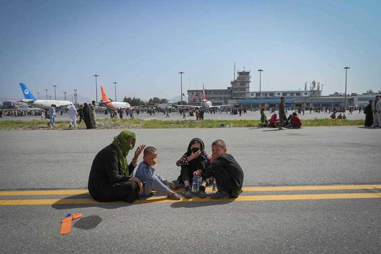 Afegãos no aeroporto de Cabul aguardam uma oportunidade para sair do país