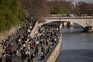 Pessoas passeiam junto ao rio Sena, em Paris, França