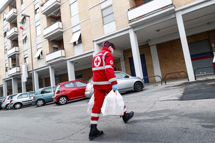 Trabalhadora da Cruz Vermelha a ajudar mais necessitados em Itália