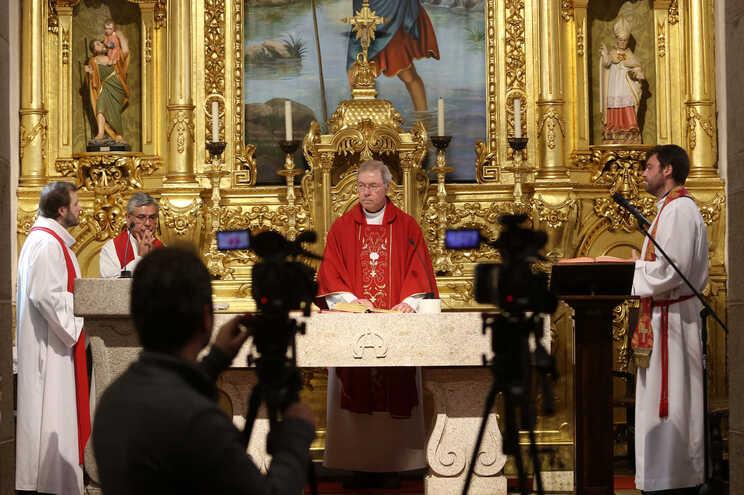 Igreja mantém missas e funerais mas suspende casamentos e batizados