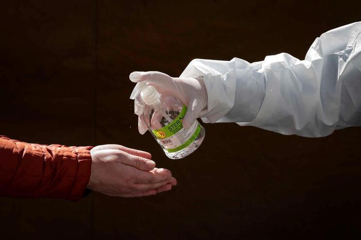 Empresa de telemóveis apanhada a vender álcool gel com lucro de 400%
