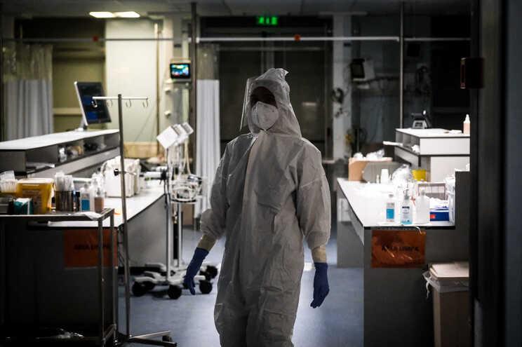 O número total de internados baixou das quatro centenas, com menos 21 pessoas em enfermaria