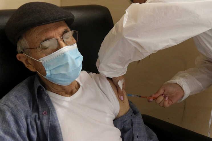 Especialistas afastam a necessidade de reforço da vacinação dos mais idosos