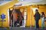 Tendas de atendimento à covid-19, no exterior do Hospital de S. João