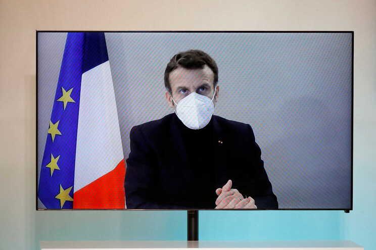 O presidente francês, Emmanuel Macron, confirmou esta quinta-feira estar infetado com covid-19