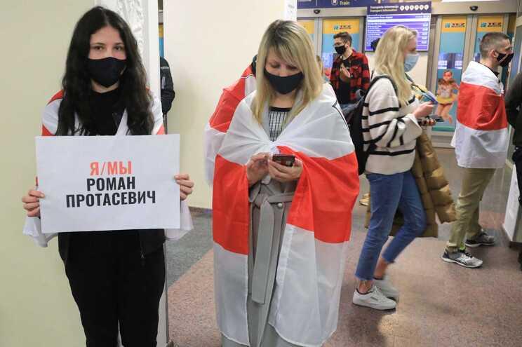 Passageiros com mensagem de apoio ao jornalista detido em Minsk