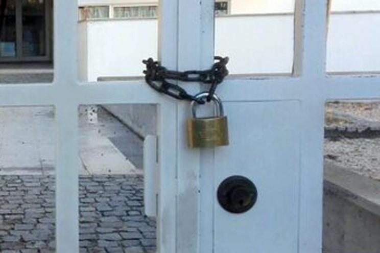 Escola foi fechada a cadeado durante a madrugada. Entidade de Saúde decidiu não a reabriu