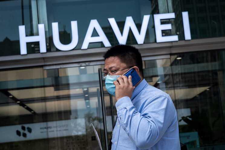 A Huawei vendeu no terceiro trimestre 51,7 milhões de telemóveis, uma queda de 23%, face ao mesmo período