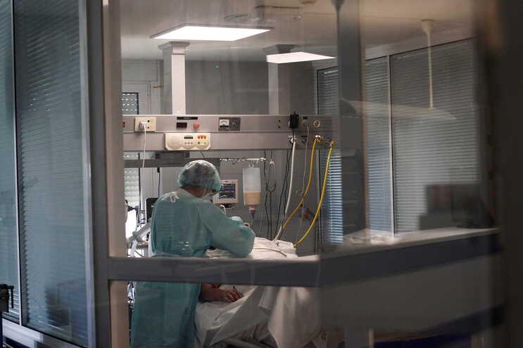 Há 2356 pacientes em unidades de cuidados intensivos