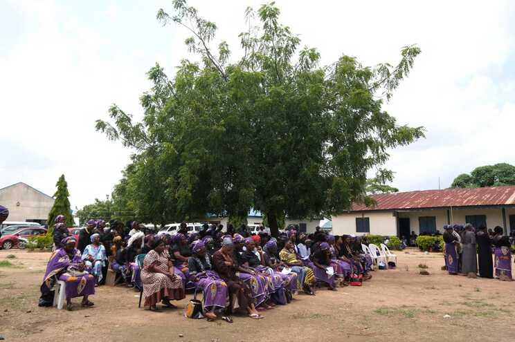 200 homens raptaram estudantes e vários professores de uma escola