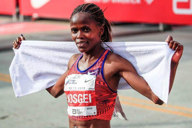 Queniana Brigid Kosgei bateu recorde de 15 anos na maratona feminina