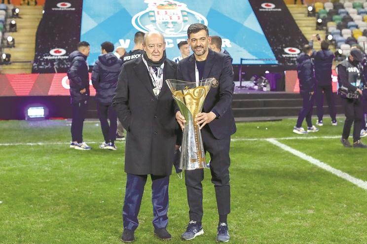 Conceição leva cinco títulos no banco do F. C. Porto e Pinto da Costa quer manter o técnico até ao final