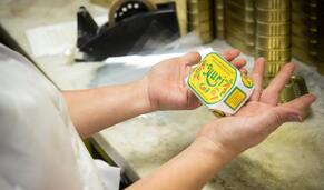 Preparar sardinhas com as próprias mãos na Conserveira Pinhais