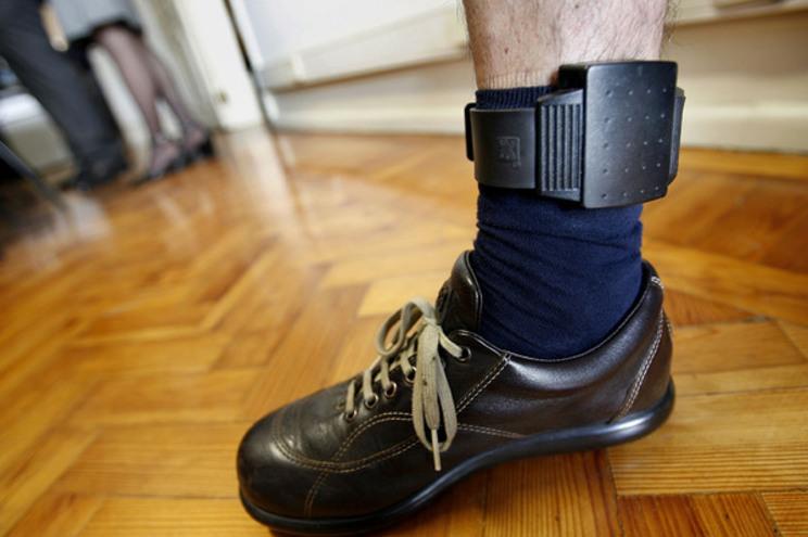 Arguido ficou obrigado a usar pulseira eletrónica, que o impede de se aproximar da esposa e filhas