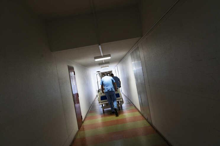 A vítima começou por ser transportada para o Hospital de Aveiro, mas teve de ser transferida para a Unidade