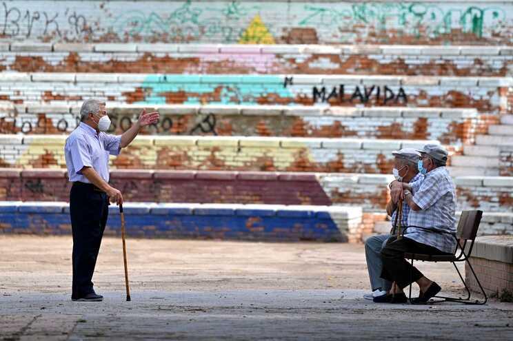Virologista diz que idosos não podem ser condenados a prisão perpétua