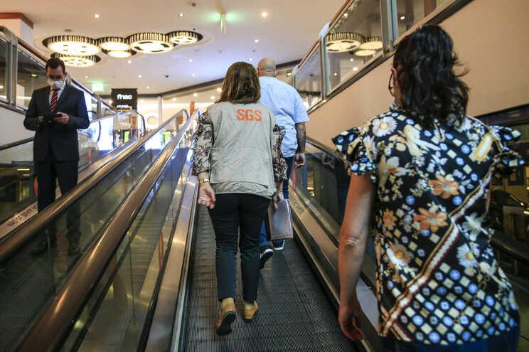 Associação pede que Governo reveja limite de pessoas nas lojas dos centros comerciais