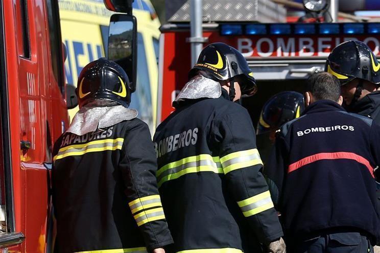 No combate ao fogo estão envolvidos 104 operacionais, auxiliados por 33 veículos e cinco meios aéreos