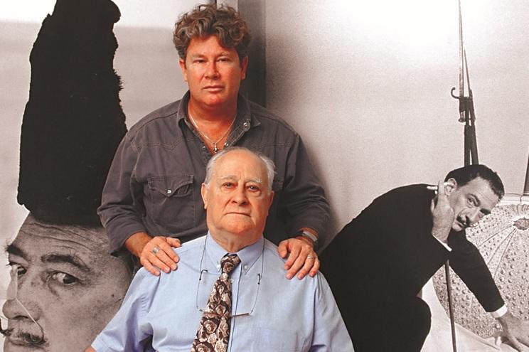 Nicolas Descharnes com o pai, Robert Descharnes, e as sondas nasogástricas de Dalí