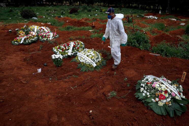 Este é o segundo dia com mais mortes devido à covid-19 no Brasil, após o recorde de 1910 óbitos batido