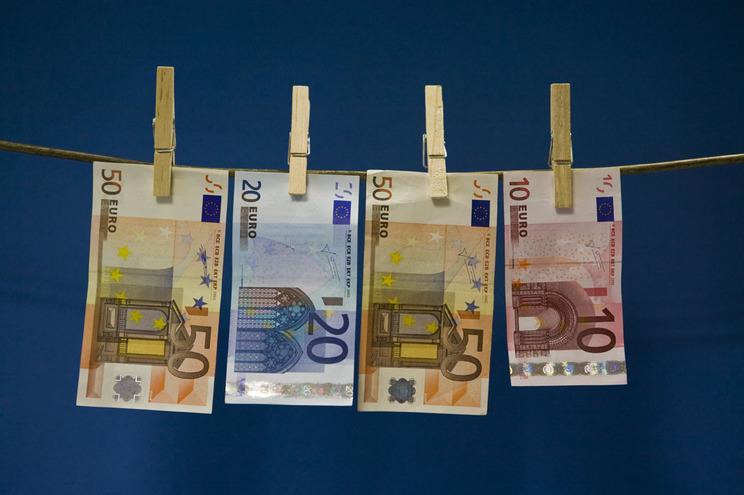 Bancários investigados por encobrir clientes que lavam dinheiro