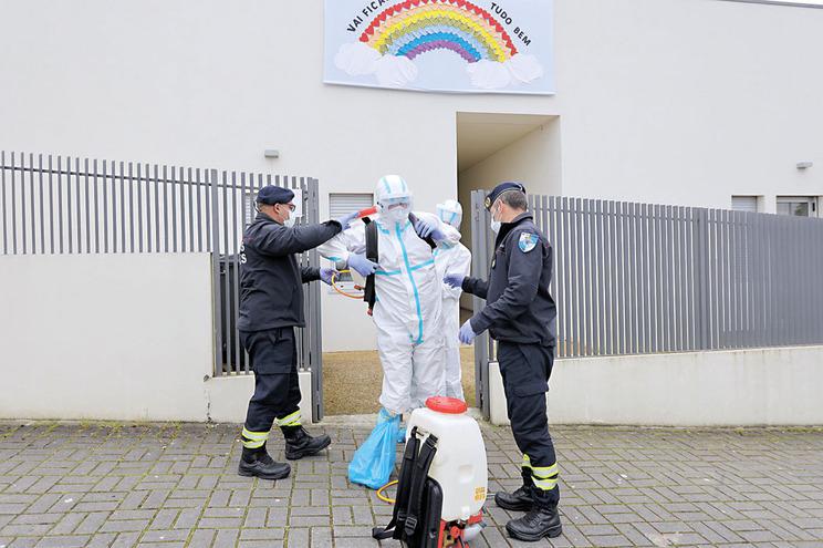 Há idosos infetados com Covid-19 e outros que regressam dos hospitais para lares que não têm condições