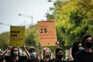 Cerca de 300 pessoas caminham em silêncio e fila única contra tráfico humano