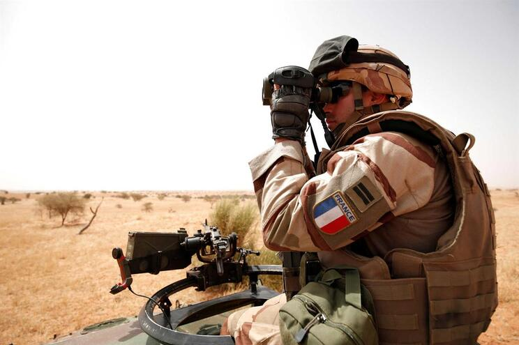 """Um morto em ataque """"sem precedentes"""" contra forças internacionais no Mali"""
