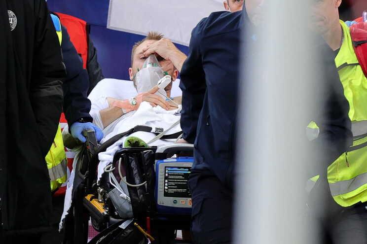 Eriksen colapsou repentinamente em campo aos 43 minutos do jogo do Grupo B da Dinamarca