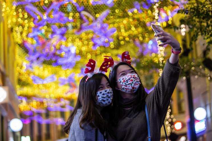 Hong Kong aumenta quarentena obrigatória para 21 dias para pessoas que chegam de fora da China