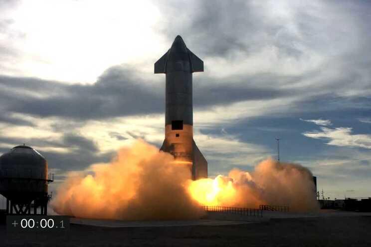 protótipo de um gigantesco foguetão com que a empresa privada espacial SpaceX pretende chegar a Marte