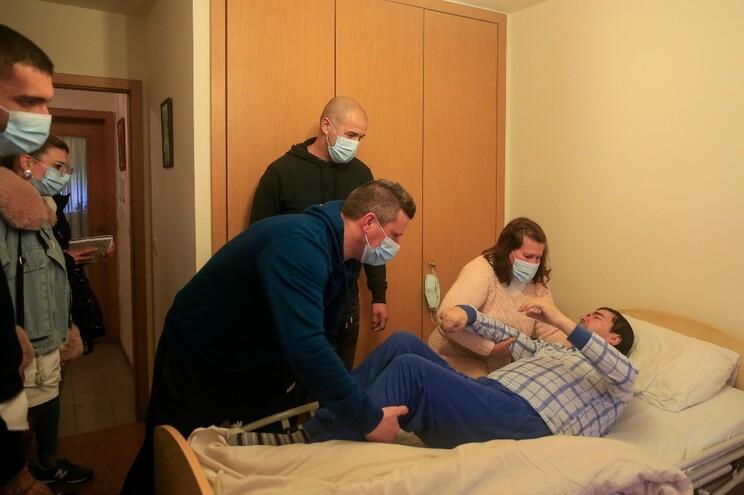São precisos quatro bombeiros para ajudar Rosa a levantar José da cama