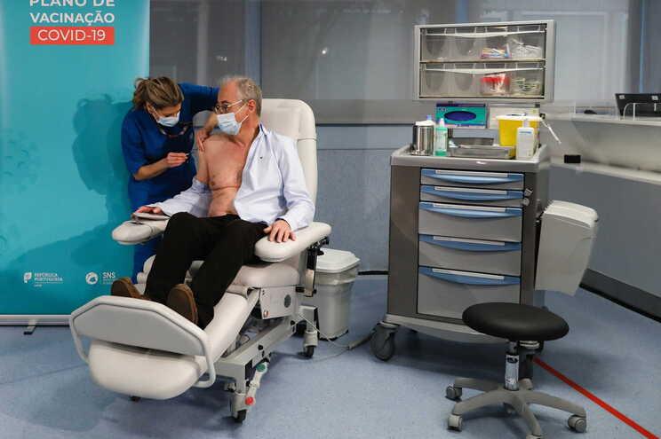 António Sarmento foi o primeiro profissional de saúde a ser vacinado no hospital de São João