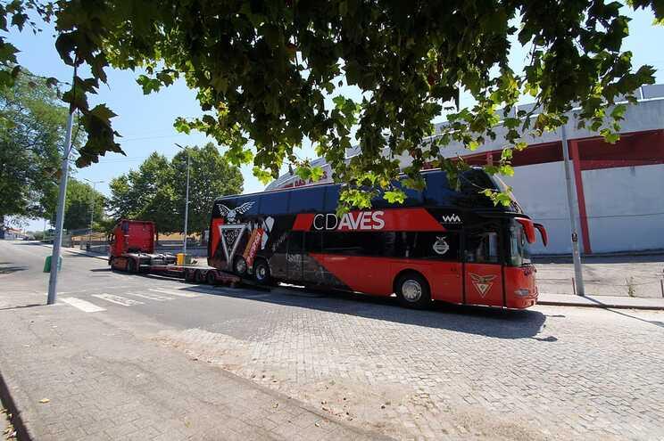 Autocarro do Aves rebocado pela GNR