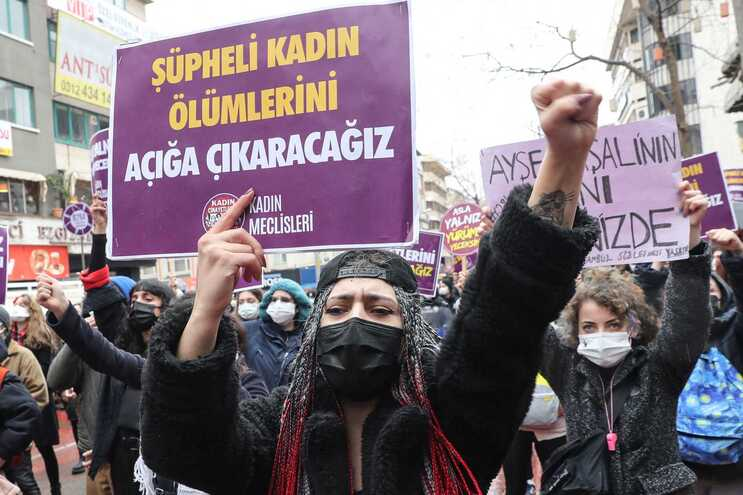 Milhares de pessoas manifestaram-se no sábado contra a decisão da Turquia sair da convenção