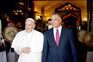 O chefe do executivo iraquiano, Mustafa al-Kadhimi, com o Papa Francisco