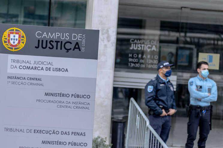 Três inspetores do SEF acusados de homicídio qualificado começaram a ser julgados na terça-feira
