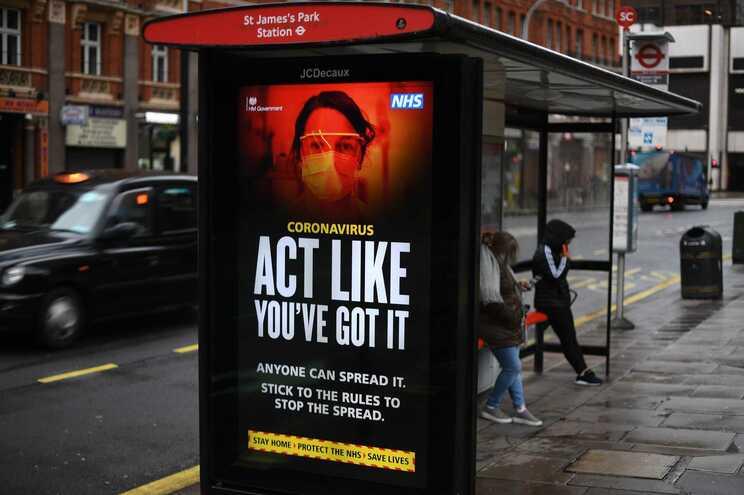 Reino Unido aproxima-se das cem mil vítimas mortais de covid-19