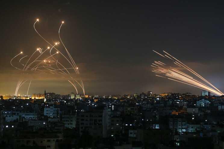 Rockets disparados de Beit Lahia, na Faixa de Gaza, em direção a Israel em resposta a bombardeamentos