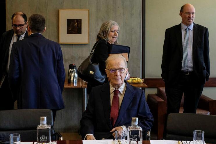 Jorge Sampaio continua internado, mas estável