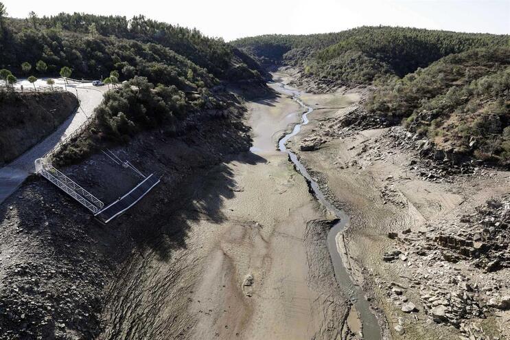 Leito do rio Pônsul, num afluente do Tejo, está seco