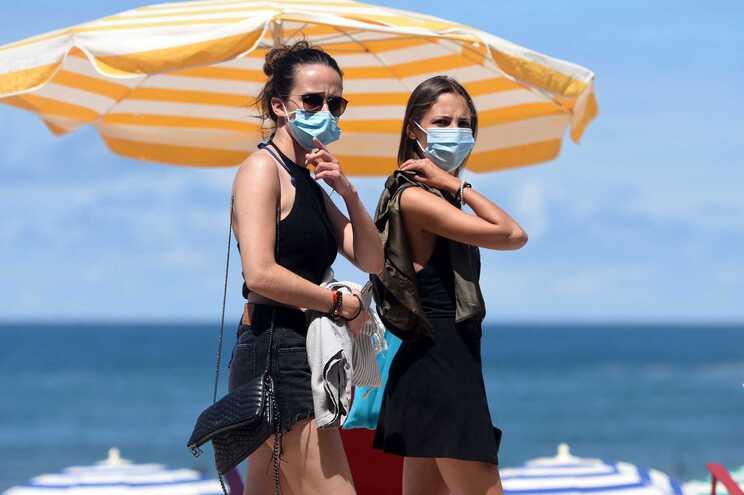 A obrigação de utilização da máscara no exterior vai terminar já na quinta-feira