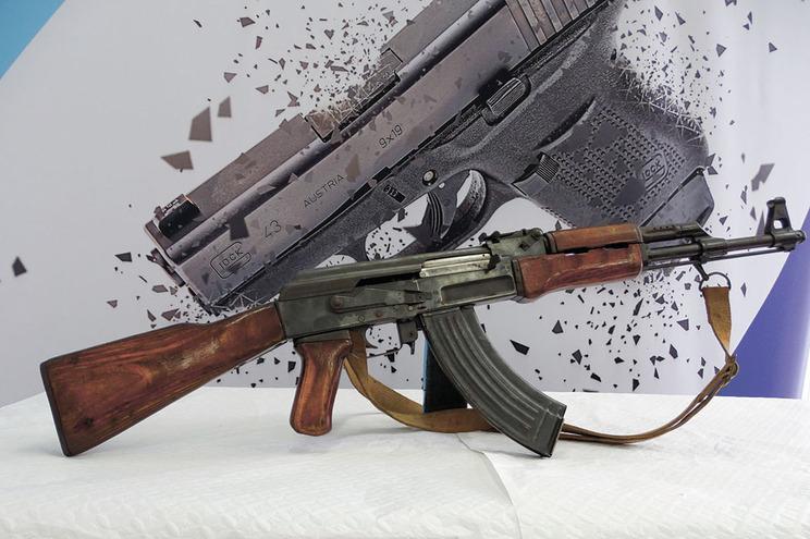 Ex-militar, de 82 anos, entregou Kalashnikov que guardava em casa há décadas