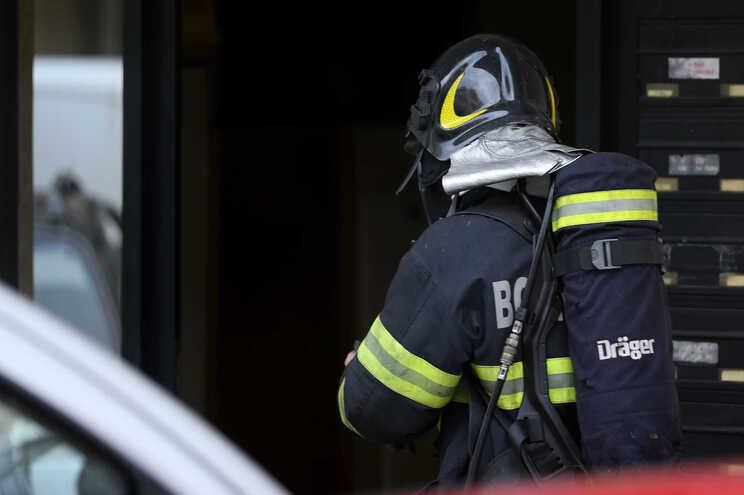 Quando bombeiros chegaram ao local, mulher já estava morta