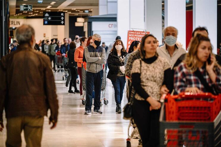 No Auchan e no Continente de Rio Tinto, as filas eram longas. Os clientes esperavam mais de meia hora
