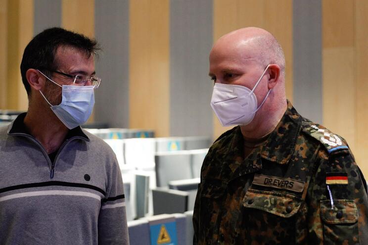 O médico português João Gouveia com o coronel alemão Jens-Peter Evers