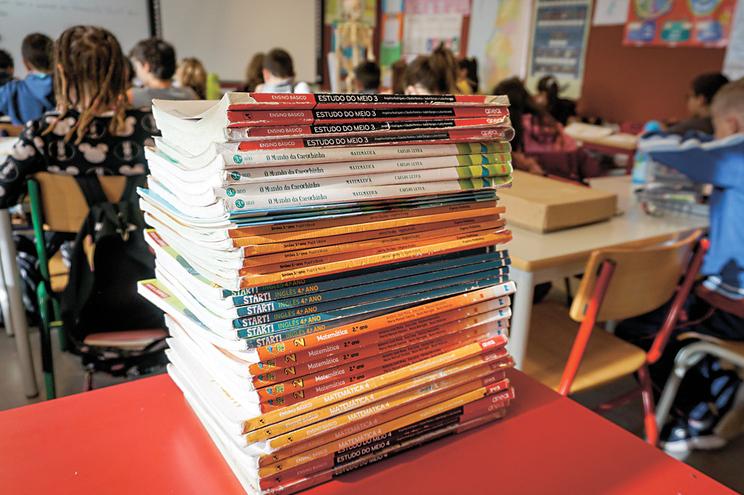 Aprovada proposta do CDS que suspende devolução de manuais escolares