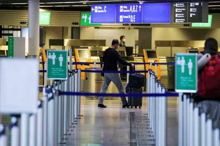 O primeiro teste deve ser feito até 48 horas antes do voo e entregue à chegada; o segundo pode ser feito